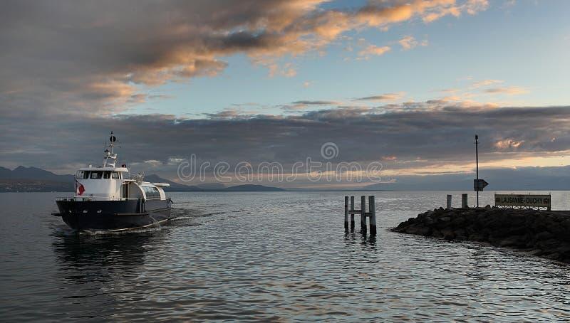 Пассажирский паром на женевском озере на заходе солнца стоковая фотография rf