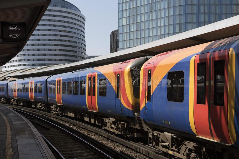 Пассажирский поезд на станции Ватерлоо london Великобритания стоковое фото