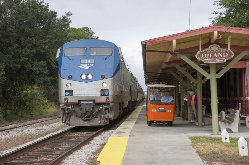 Пассажирский поезд на американской железнодорожной станции стоковое изображение