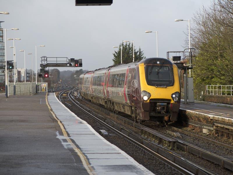 Пассажирский поезд причаливая железнодорожному вокзалу Великобритании стоковые фото