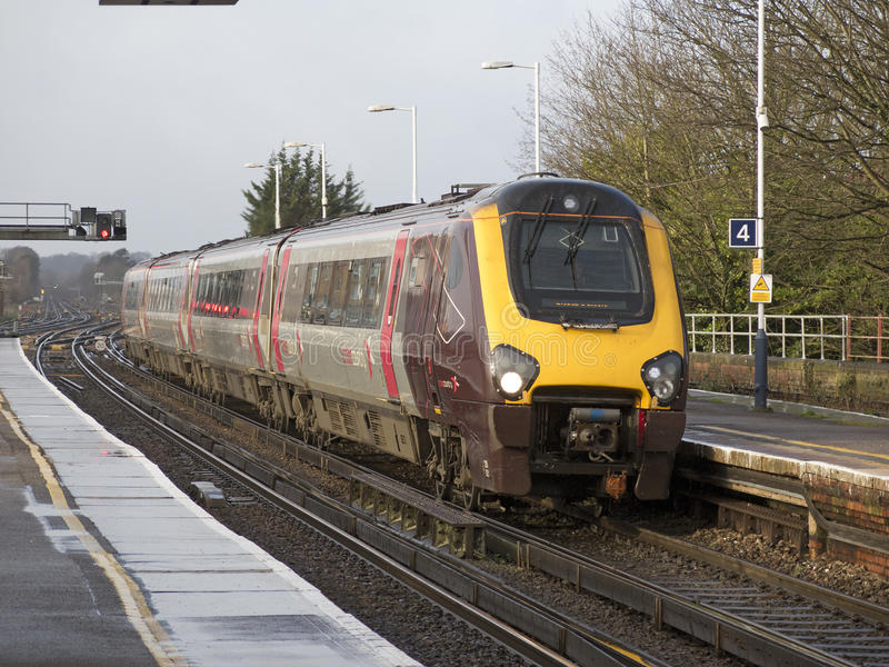 Пассажирский поезд причаливая станции Великобритании стоковое изображение