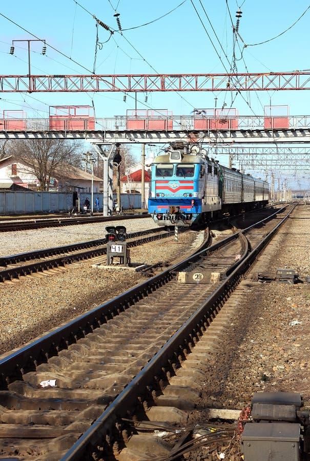 Пассажирский поезд причаливая станции стоковые фотографии rf