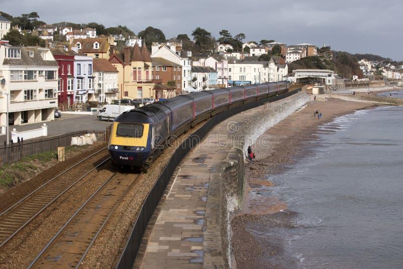 Пассажирский поезд проходя Dawlish городок взморья в Девоне Англии Великобритании стоковая фотография rf