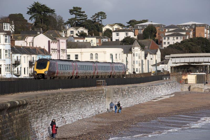 Пассажирский поезд проходя Dawlish городок взморья в Девоне Англии Великобритании стоковое фото