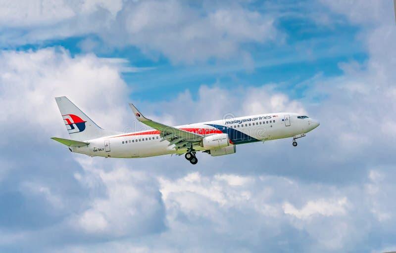 Пассажирский самолет Боинг 737 мухы Malaysia Airlines в небе подготавливает к приземляться на международном аэропорте Nhat сына T стоковые фото