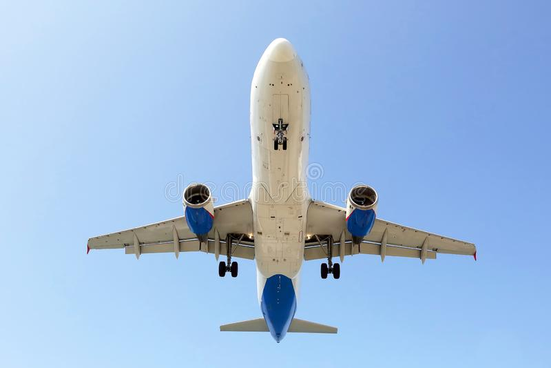 Пассажирский самолет летает внутри для посадки коммерческая авиакомпания стоковая фотография rf