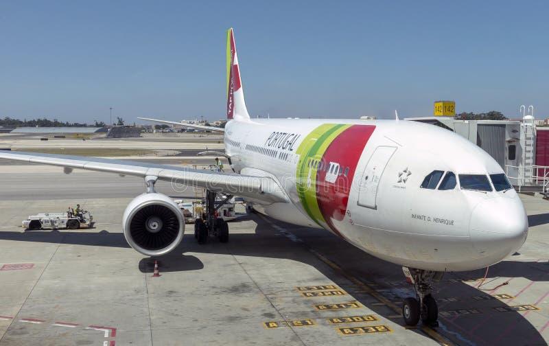 Пассажирский самолет на пандусе в Лиссабоне, Португалии стоковая фотография
