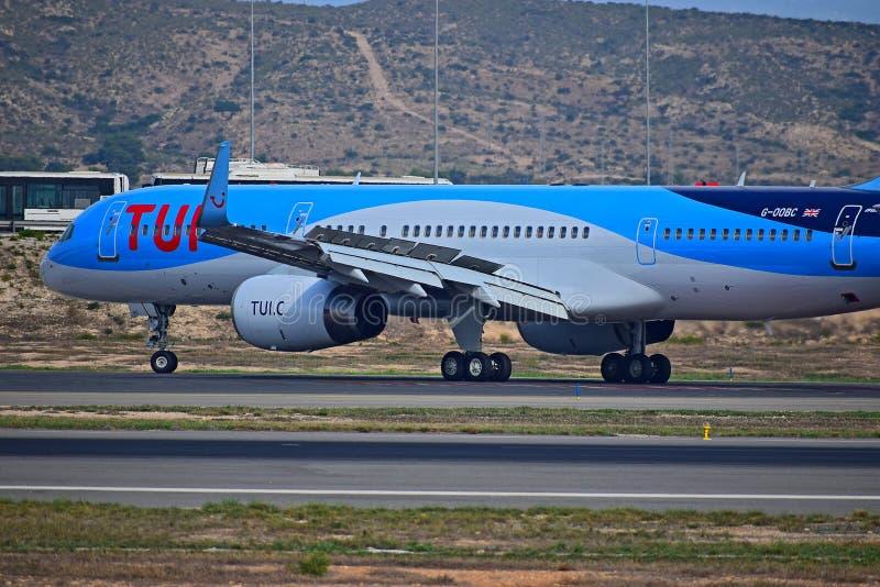 Пассажирский самолет показывая выдвинутые щитки крыла стоковые изображения rf