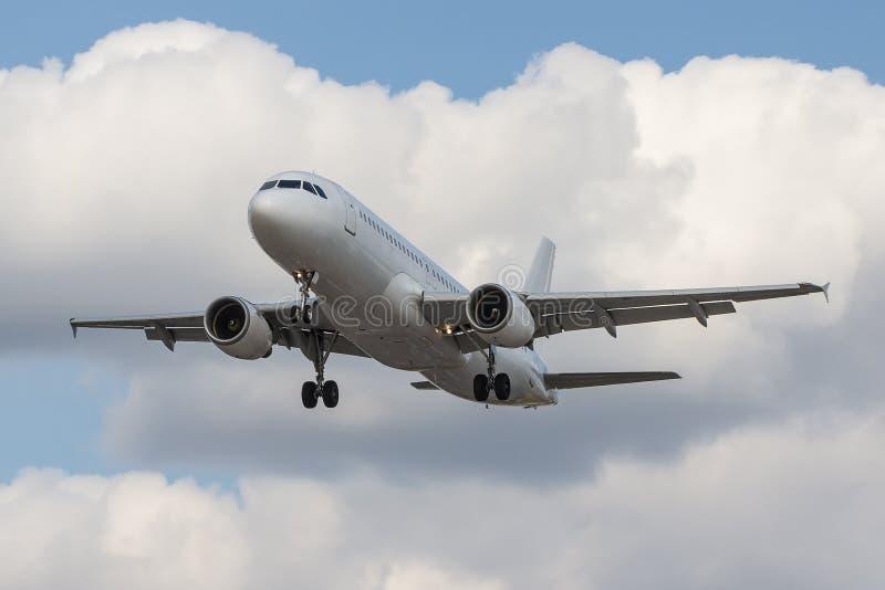 Пассажирский самолет причаливая к авиапорту стоковые изображения