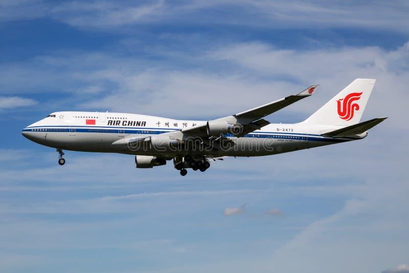 Пассажирский самолет B-2472 Air China Боинга 747-400 с китайским президентом на посадке в аэропорте Гамбурга для саммита G20 стоковое изображение