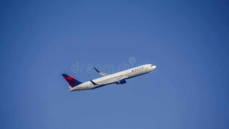 Пассажирский самолет в ливрее Delta Airlines 767 Боинг стоковая фотография