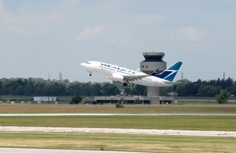Пассажирский самолет принимает  стоковая фотография rf