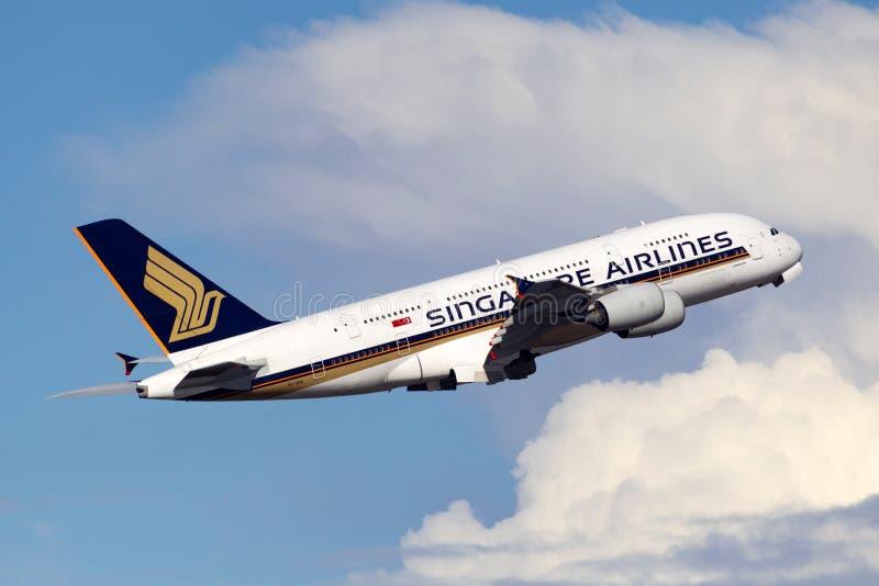Пассажирского самолета аэробуса A380 Сингапоре Аирлинес большие 4 engined принимая от аэропорта Сиднея стоковая фотография