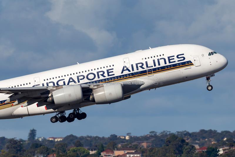 Пассажирского самолета аэробуса A380 Сингапоре Аирлинес большие 4 engined принимая от аэропорта Сиднея стоковые изображения