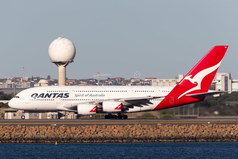 Пассажирского самолета аэробуса A380 Qantas большие 4 engined в аэропорте Сиднея стоковые фотографии rf