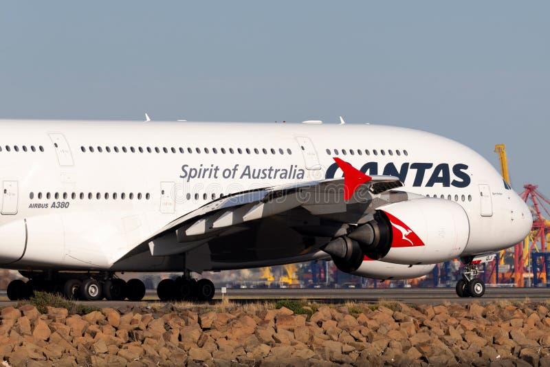 Пассажирского самолета аэробуса A380 Qantas большие 4 engined в аэропорте Сиднея стоковое изображение rf