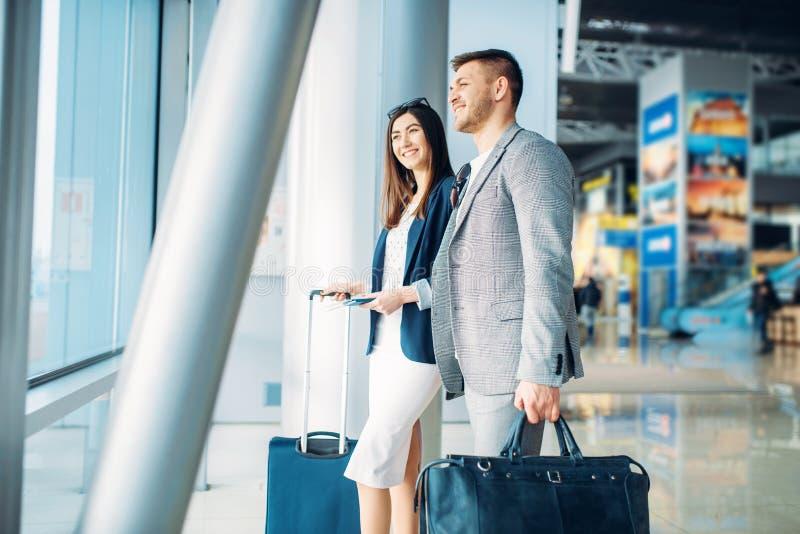 Пассажиры бизнес-класса с багажем в аэропорте стоковые фото
