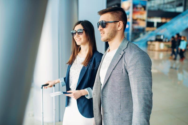 Пассажиры бизнес-класса с багажем в аэропорте стоковая фотография