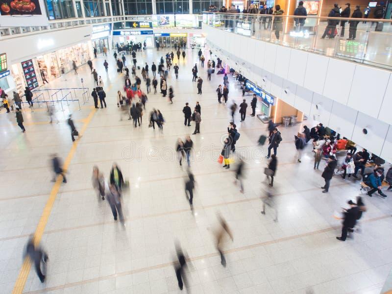 Пассажиры внутри станции Сеула стоковое изображение