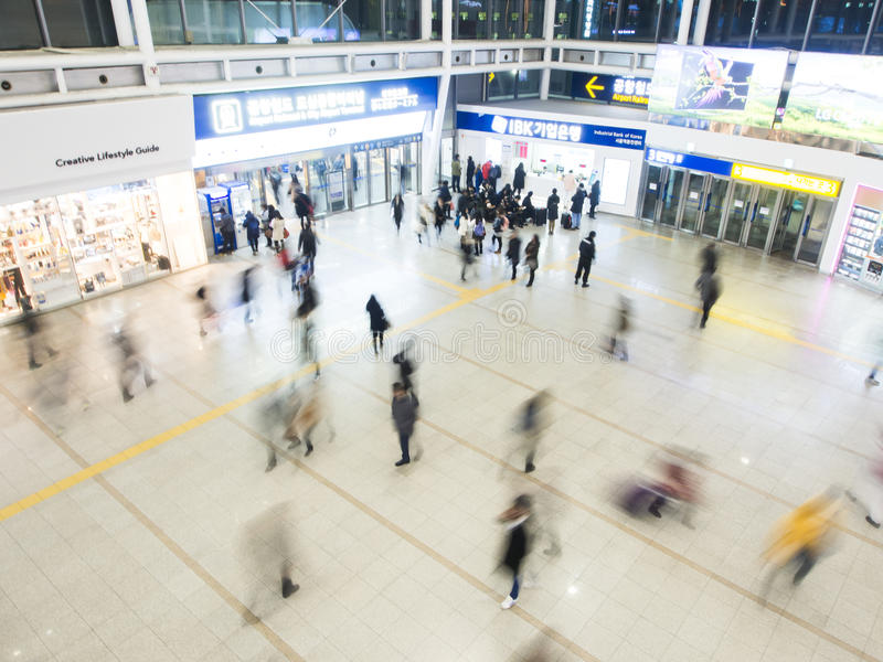 Пассажиры внутри станции Сеула стоковые изображения