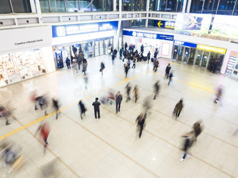 Пассажиры внутри станции Сеула стоковые фотографии rf