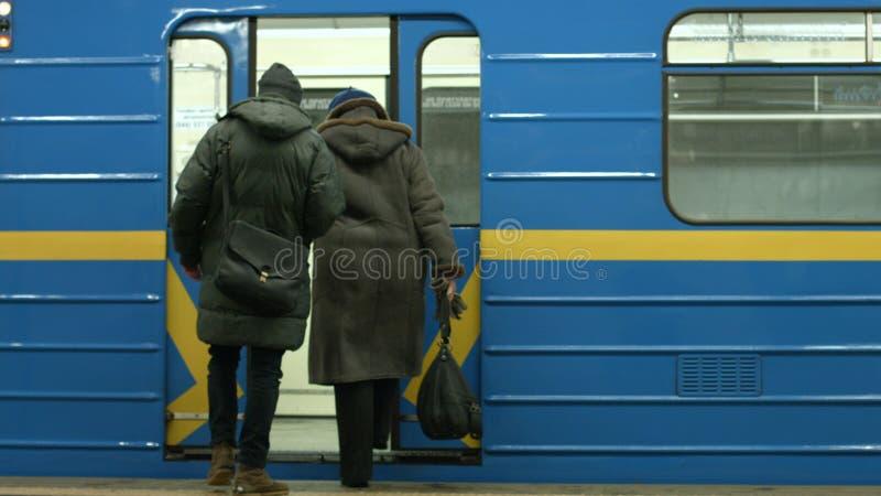 Пассажиры всходя на борт поезда стоковые фотографии rf