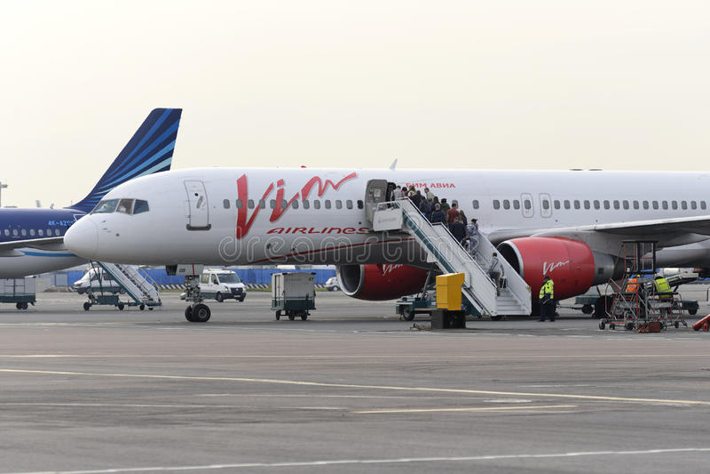 Пассажиры всходят на борт авиакомпаний Vim Боинга 757 воздушных судн стоковое фото rf