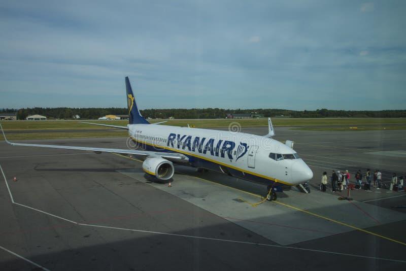 Download Пассажиры всходят на борт самолета Редакционное Стоковое Изображение - изображение насчитывающей airily, персона: 33729454