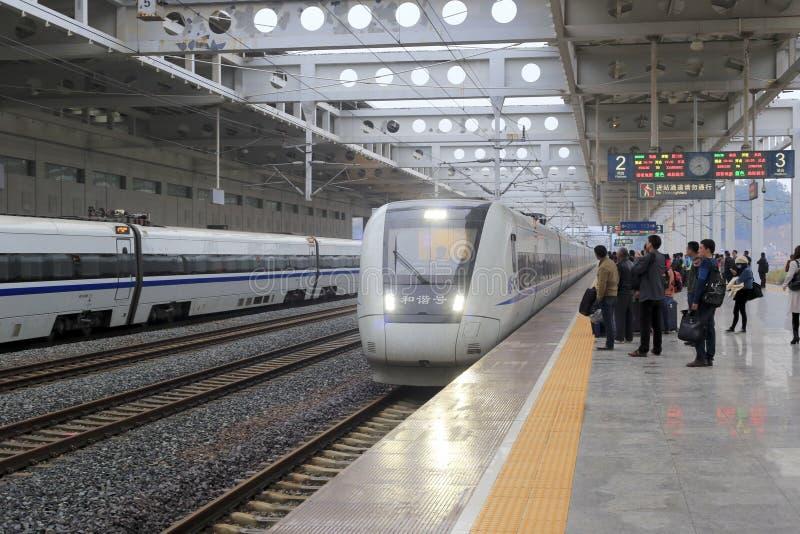 Пассажиры всходя на борт быстроходного поезда стоковые изображения