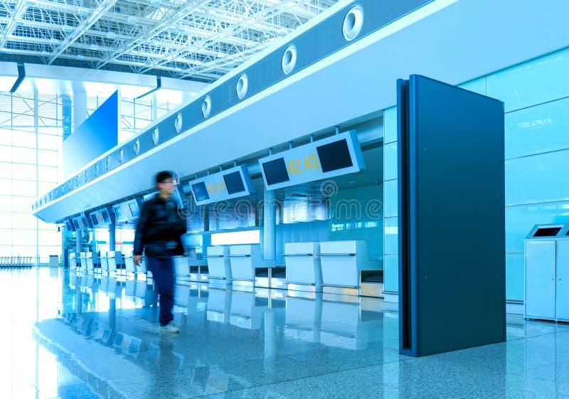 Пассажиры в авиапорте стоковые фотографии rf
