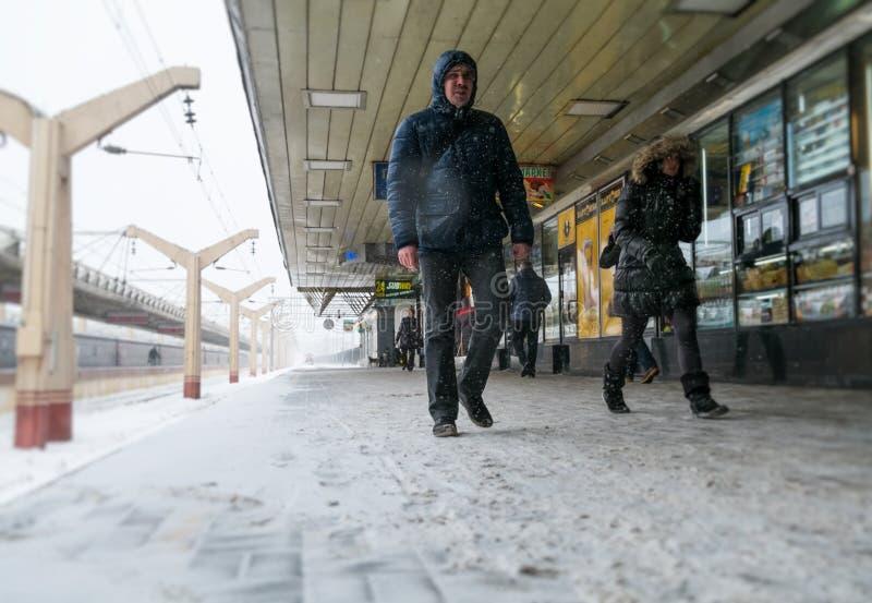 Пассажиры в станции Leningradsky стоковые изображения rf