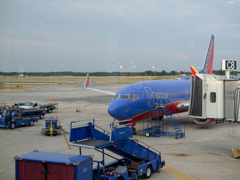 Пассажиры загрузки самолета Southwest Airlines стоковые фото