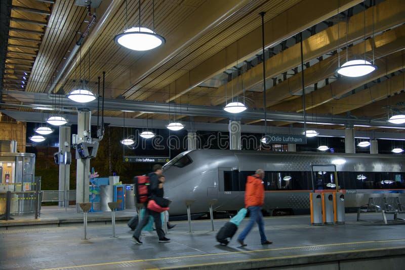 Пассажиры идут в поезд города tpo от аэропорта Осло к центральному o стоковые изображения