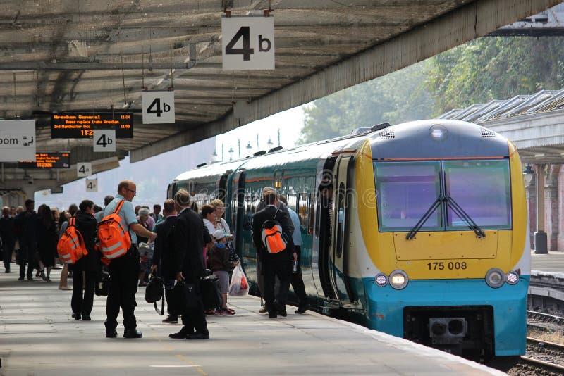 Пассажиры и штат на платформе с dmu тренируют стоковые фото