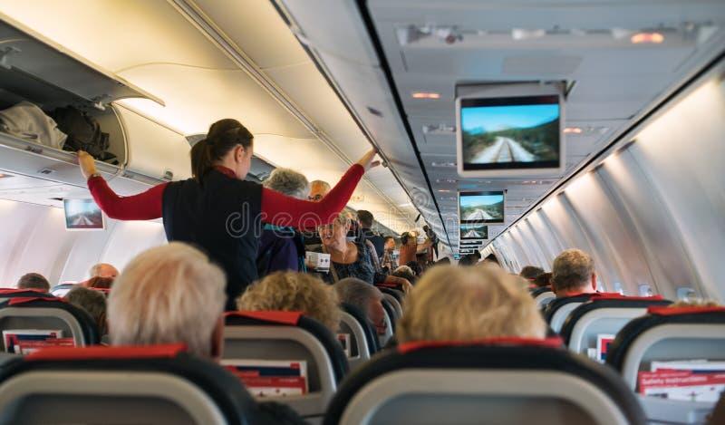 Пассажиры на самолете стоковые изображения rf