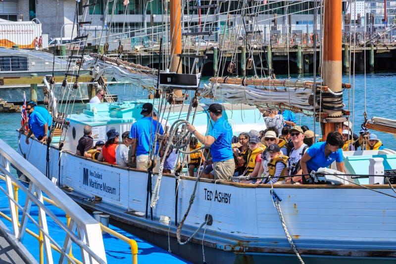 Пассажиры на традиционном деревянном парусном судне, Окленде, Новой Зеландии стоковое фото rf