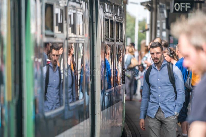 Пассажиры поезда на платформе стоковые изображения rf