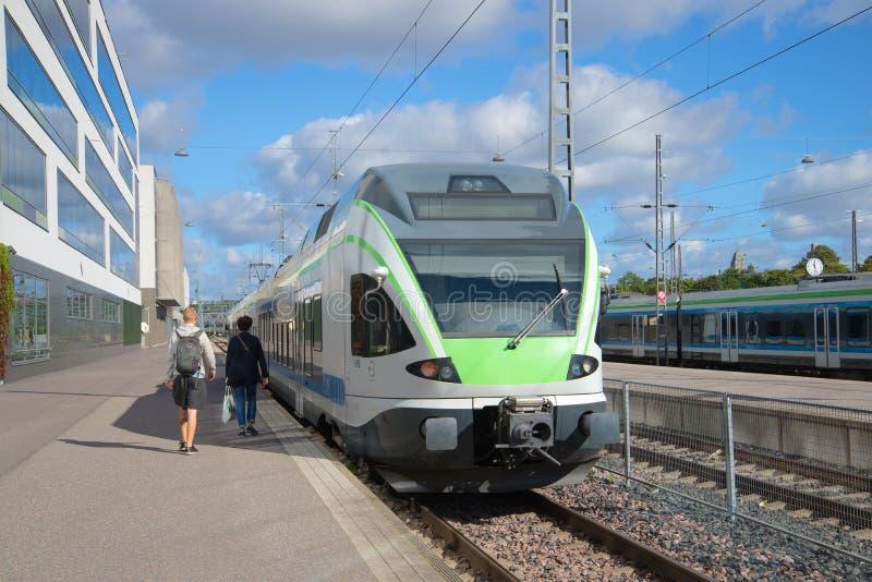 Download Пассажиры приходя к стоящему поезду Вокзал Хельсинки Редакционное Фотография - изображение насчитывающей езда, ливень: 81809977