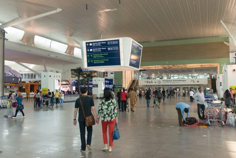 Пассажиры причаливая международной зоне отклонений на Куалае-Лумпур стоковые изображения rf