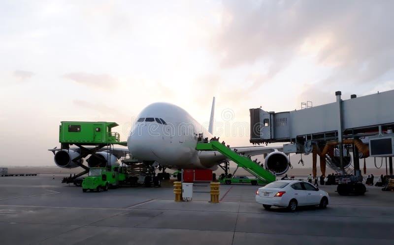 Пассажиры самолета приезжая на авиапорт стоковые фото