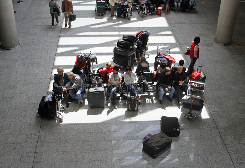 Пассажиры сели на мель авиапортом, который 011 стоковые изображения