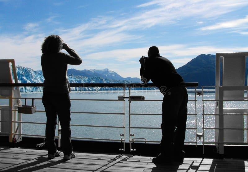 Пассажиры туристического судна наблюдают айсберги ледника стоковая фотография