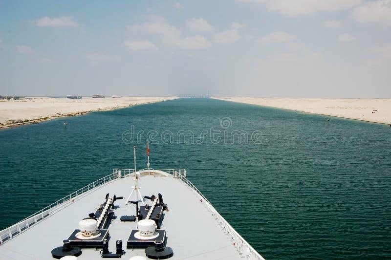 Пассажиры туристического судна пропуская через канал Суэца стоковые фотографии rf