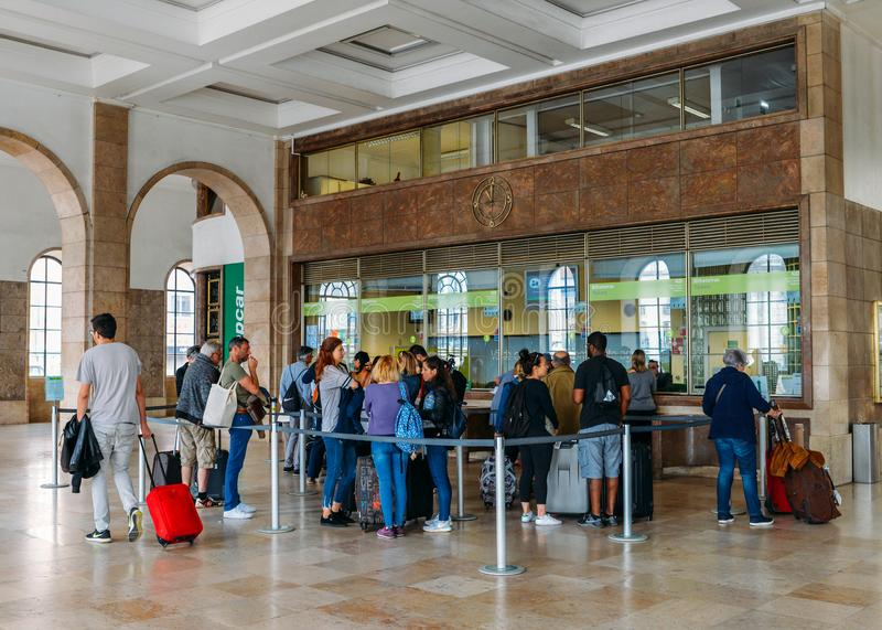 Пассажиры queue для того чтобы купить билеты на вокзале ` s Санты Apolonia Лиссабона соединяя поезд ` s Португалии междугородный стоковые фотографии rf