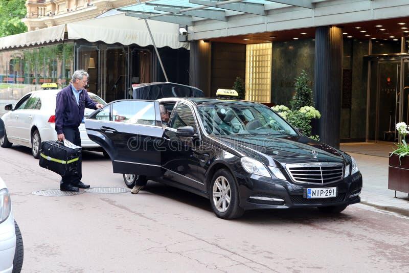 Пассажир выходит автомобиль такси в Хельсинки, Финляндию стоковые фотографии rf