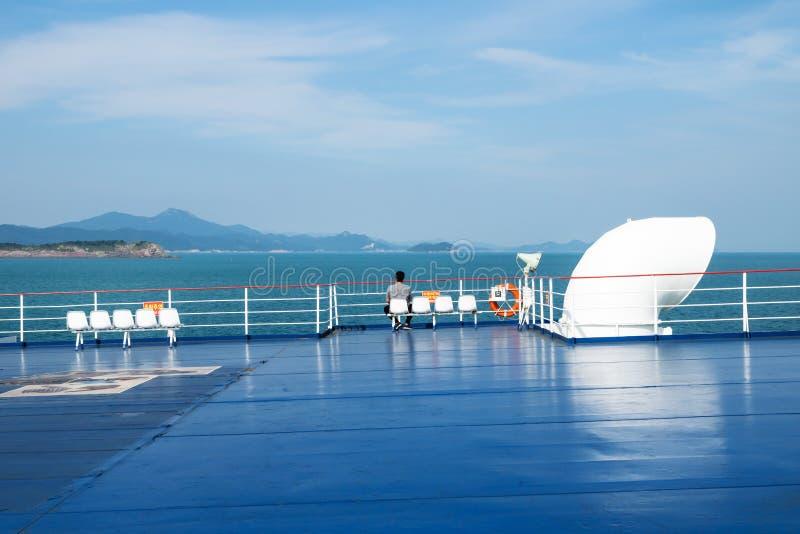 Пассажир наслаждаясь взглядом побережья и островов от пути Jeju к Мокпхо, Южной Корее стоковая фотография rf