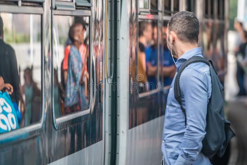 Пассажир поезда на платформе стоковое изображение rf