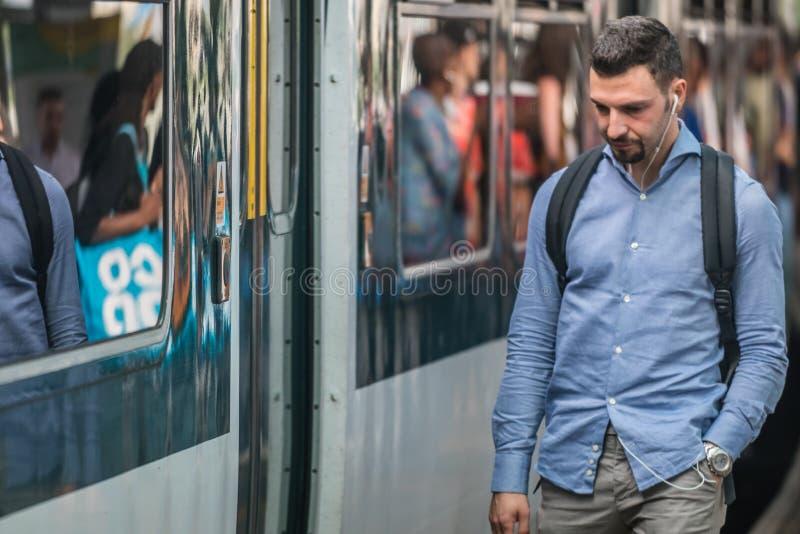 Пассажир поезда на платформе стоковое фото rf