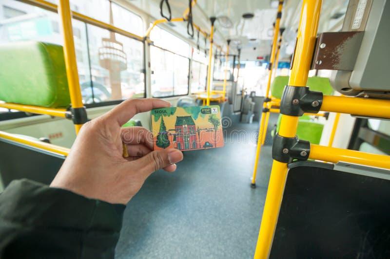 Пассажир показывая карточку денег t на шине публики Сеула стоковое изображение rf