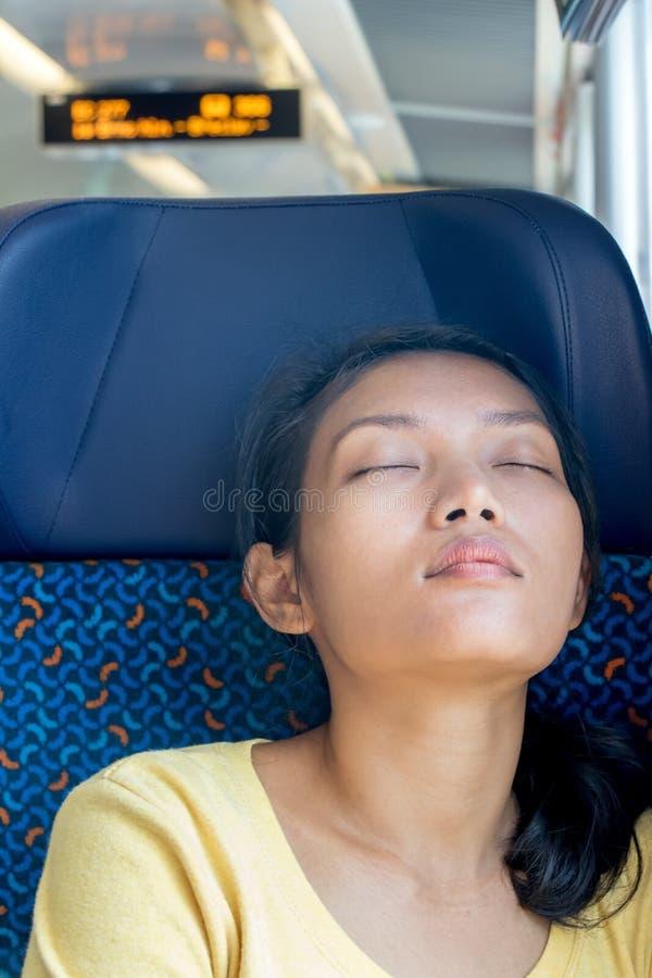 Пассажир спит на экспрессе стоковое фото